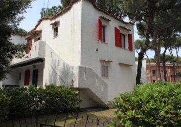 In affitto appartamento trilocale al primo piano con giardino privato, a pochi minuti a piedi dalla spieggia, situato in una zona tranquilla Rosolina Mare.