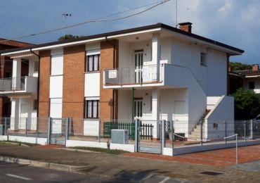 Rosolina Affitto appartamento trilocale fronte mare, affitto a Rosolina mare appartamento trilocale al piano terra, fronte mare.