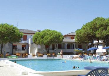 In affitto a Rosolina mare appartamento trilocale al piano terra con piscina dotato giardino e parcheggio. Rosolina mare Residence con Piscina.